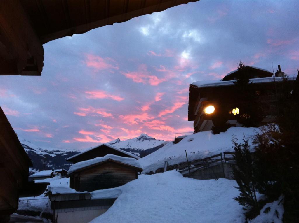 Winter: Abendrot über der kleinen Scheidegg vom Balkon (West) aus.